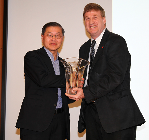 Dr. David D. Ho receives Career Award from Dr. Patrick L. Green